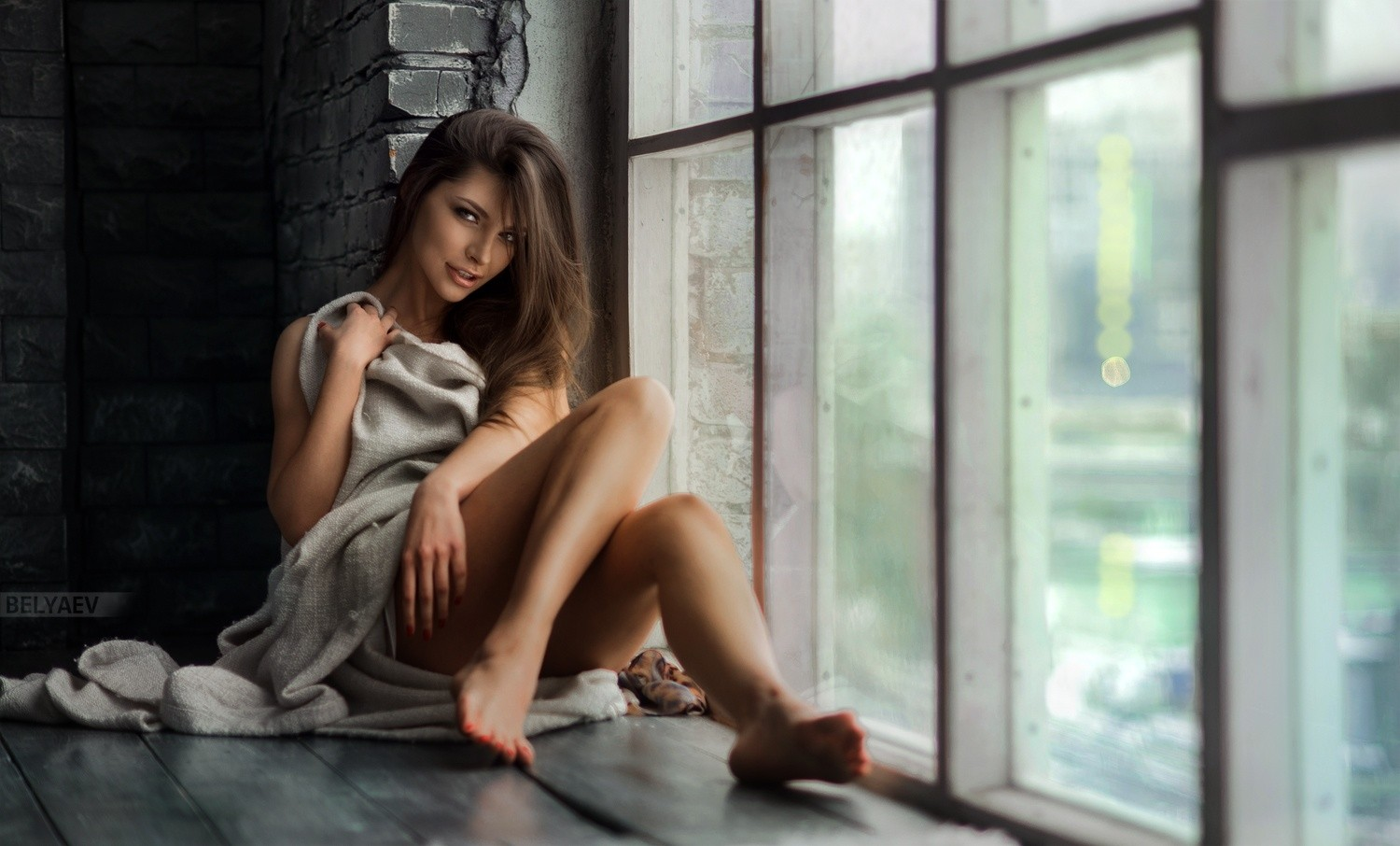Dmitry_Belyaev_auburn_hair_long_hair_straight_hair_women_model_legs_barefoot-269579